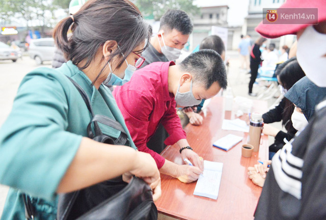 Hàng trăm người dân thực hiện khai báo y tế, chờ vào lễ Chùa Hương trong ngày đầu mở cửa trở lại - Ảnh 6.