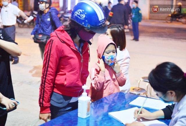 Hàng trăm người dân thực hiện khai báo y tế, chờ vào lễ Chùa Hương trong ngày đầu mở cửa trở lại - Ảnh 7.