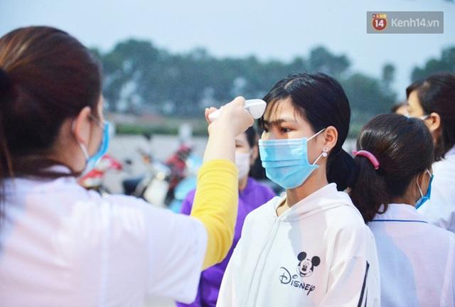 Hàng trăm người dân thực hiện khai báo y tế, chờ vào lễ Chùa Hương trong ngày đầu mở cửa trở lại - Ảnh 9.