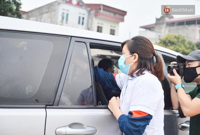 Hàng trăm người dân thực hiện khai báo y tế, chờ vào lễ Chùa Hương trong ngày đầu mở cửa trở lại - Ảnh 10.