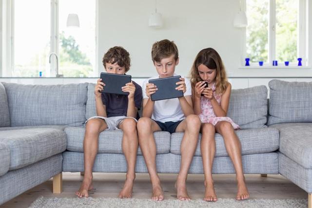 WHO khuyến cáo trẻ 1 tuổi tuyệt đối không xem tivi, trẻ hơn 2 tuổi cực kỳ hạn chế: 7 cách bảo vệ con trước cám dỗ Internet - Ảnh 1.