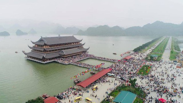 Hàng vạn du khách đổ về chùa Tam Chúc lớn nhất thế giới - Ảnh 1.