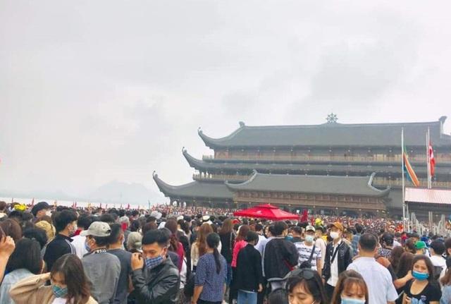 Hàng vạn du khách đổ về chùa Tam Chúc lớn nhất thế giới - Ảnh 2.