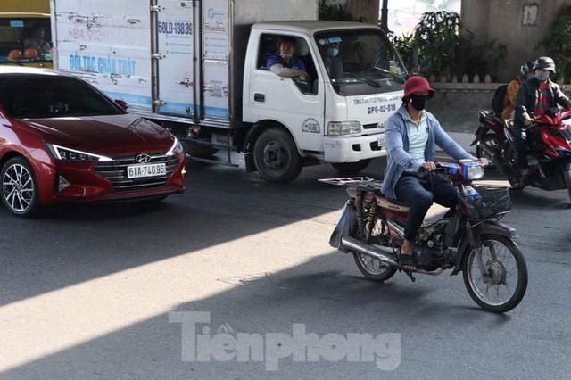 Cảnh sát giao thông TPHCM ra quân xử lý xe cũ nát - Ảnh 1.