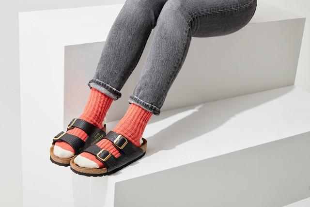 Xé toạc 4 chiếc túi Hermès Birkin để tạo ra đôi sandal đắt nhất thế giới: Ý tưởng gây tranh cãi dữ dội, nhiều NTK sợ hãi nhưng ngay lập tức có khách đặt mua?  - Ảnh 2.