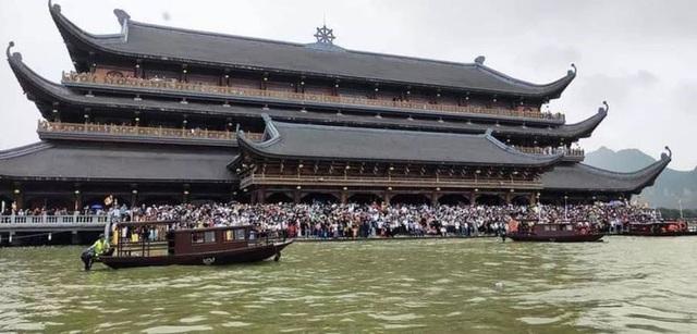 Hàng vạn du khách đổ về chùa Tam Chúc lớn nhất thế giới - Ảnh 11.