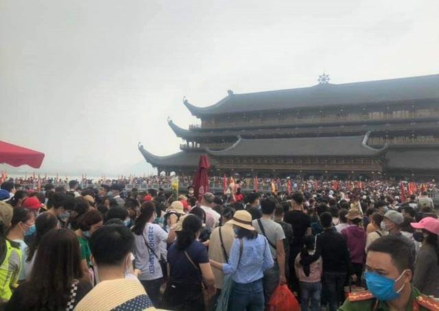 Hàng vạn du khách đổ về chùa Tam Chúc lớn nhất thế giới - Ảnh 3.