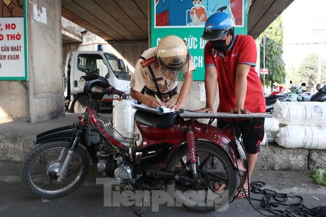 Cảnh sát giao thông TPHCM ra quân xử lý xe cũ nát - Ảnh 4.