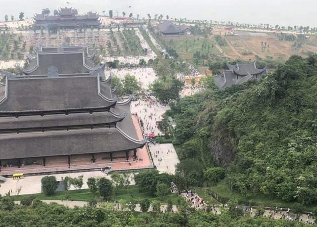 Hàng vạn du khách đổ về chùa Tam Chúc lớn nhất thế giới - Ảnh 5.