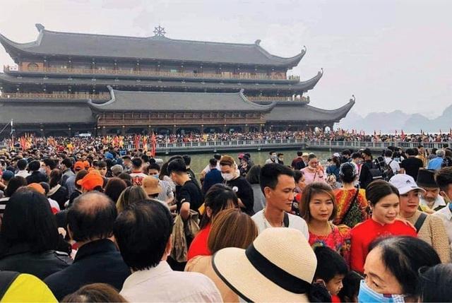 Hàng vạn du khách đổ về chùa Tam Chúc lớn nhất thế giới - Ảnh 9.