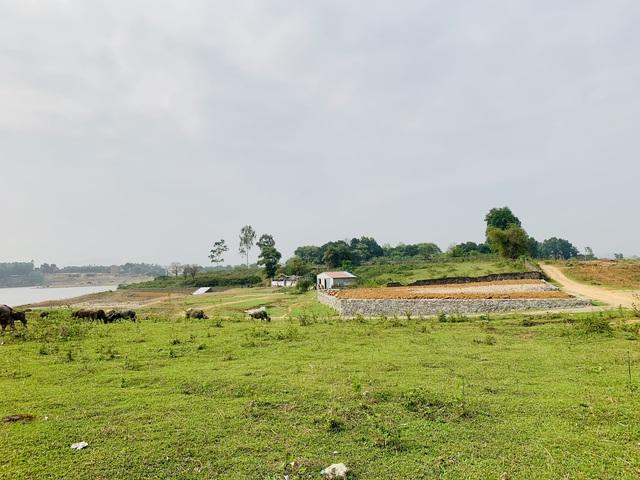 Lô đất được giới thiệu view mặt hồ đã được san nền và chờ sang tay.