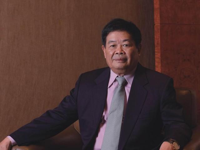 Quyên góp từ thiện 1,8 tỷ USD nhưng lại để con trai phú nhị đại làm công nhân: Cách dạy con nghiêm khắc của ông vua ngành kính Trung Quốc, không phải cha mẹ nào cũng dám xuống tay - Ảnh 1.