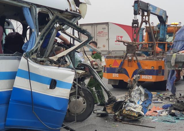 CLIP: Hiện trường vụ xe khách tông xe đầu kéo, 1 người chết, 20 người bị thương  - Ảnh 2.
