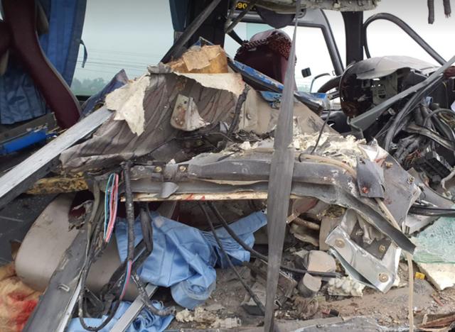 CLIP: Hiện trường vụ xe khách tông xe đầu kéo, 1 người chết, 20 người bị thương  - Ảnh 3.