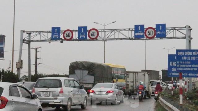 Cầu Thanh Trì ùn tắc trong ngày đầu hạ tốc độ xuống 60km/h - Ảnh 1.