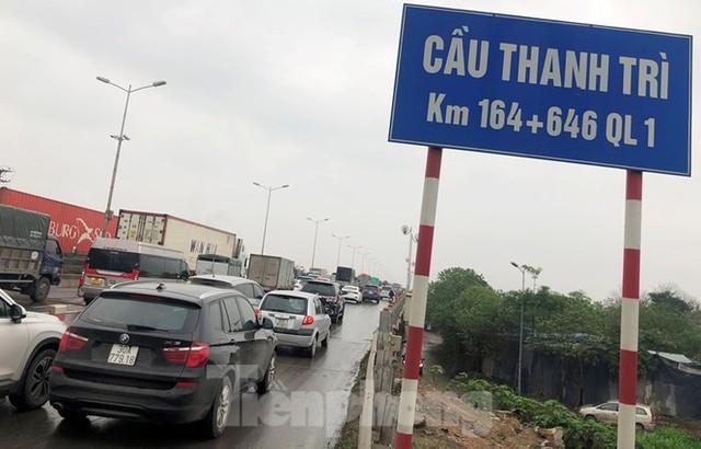 Cầu Thanh Trì ùn tắc trong ngày đầu hạ tốc độ xuống 60km/h - Ảnh 2.