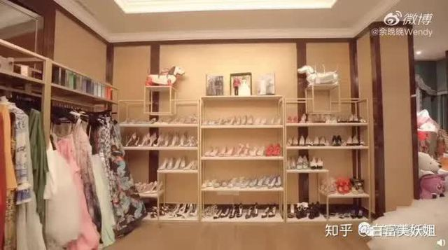 """Ái nữ của ông hoàng cửa gỗ châu Á: Phú nhị đại phá vỡ các quy tắc, """"người quyền lực của giới thời trang"""" với kho hàng hiệu khổng lồ ai cũng choáng ngợp - Ảnh 7."""