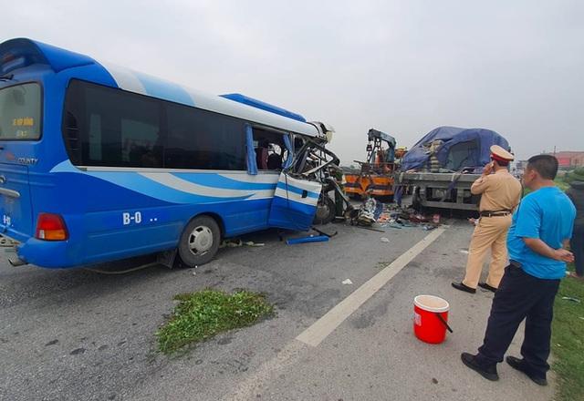 Tai nạn thảm khốc khiến 2 người tử vong, 20 người bị thương: Hành khách là người thân đi lễ đền - Ảnh 1.