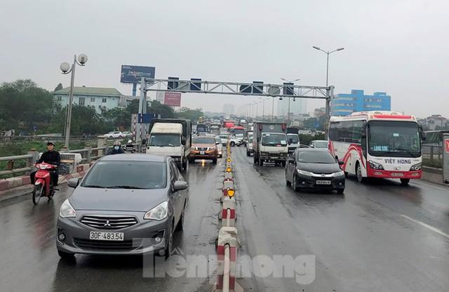 Cầu Thanh Trì ùn tắc trong ngày đầu hạ tốc độ xuống 60km/h - Ảnh 3.
