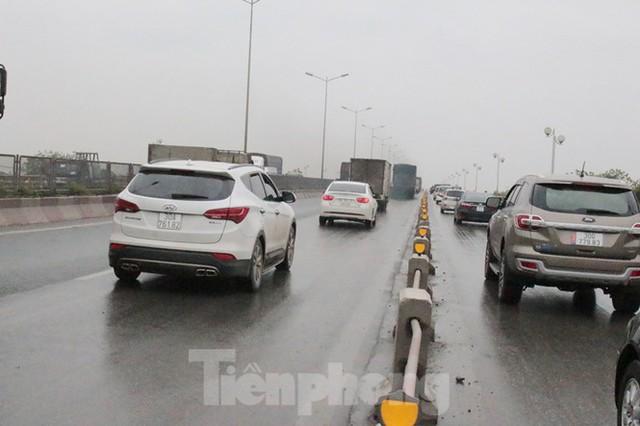 Cầu Thanh Trì ùn tắc trong ngày đầu hạ tốc độ xuống 60km/h - Ảnh 4.