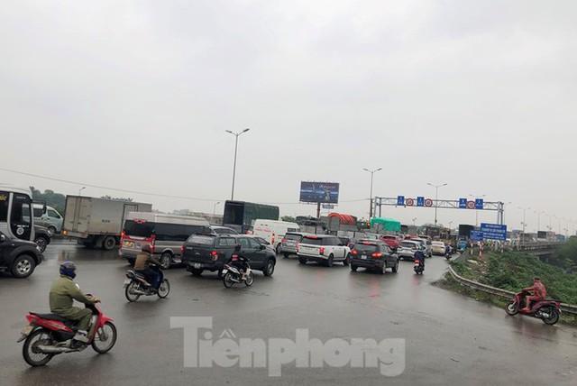 Cầu Thanh Trì ùn tắc trong ngày đầu hạ tốc độ xuống 60km/h - Ảnh 5.