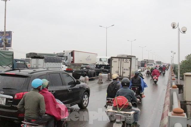 Cầu Thanh Trì ùn tắc trong ngày đầu hạ tốc độ xuống 60km/h - Ảnh 6.