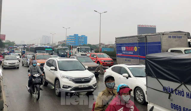 Cầu Thanh Trì ùn tắc trong ngày đầu hạ tốc độ xuống 60km/h - Ảnh 7.