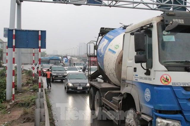 Cầu Thanh Trì ùn tắc trong ngày đầu hạ tốc độ xuống 60km/h - Ảnh 8.