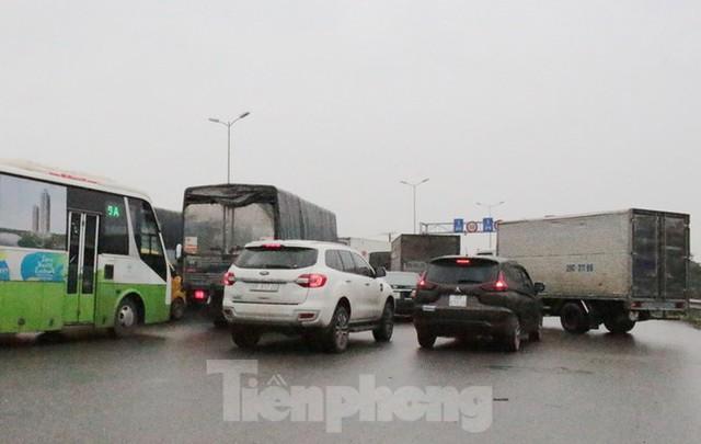 Cầu Thanh Trì ùn tắc trong ngày đầu hạ tốc độ xuống 60km/h - Ảnh 9.