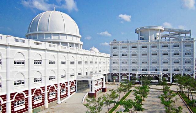 Nhìn qua tưởng khu du lịch nhưng hóa ra là... một trường đại học của Việt Nam: Toàn lâu đài trắng như bên trời Âu, bên trong có hẳn công viên giải trí cực hoàng tráng - Ảnh 4.