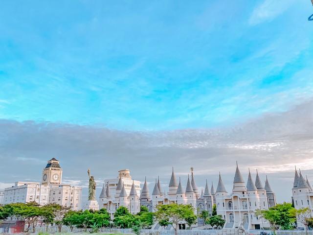 Nhìn qua tưởng khu du lịch nhưng hóa ra là... một trường đại học của Việt Nam: Toàn lâu đài trắng như bên trời Âu, bên trong có hẳn công viên giải trí cực hoàng tráng - Ảnh 5.