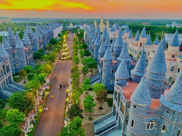 Nhìn qua tưởng khu du lịch nhưng hóa ra là... một trường đại học của Việt Nam: Toàn lâu đài trắng như bên trời Âu, bên trong có hẳn công viên giải trí cực hoàng tráng - Ảnh 10.