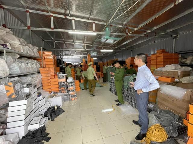 Triệt phá kho hàng Hermes giả lớn nhất miền Bắc ở Nam Định: Huy động 10 xe tải để vận chuyển hàng vi phạm - Ảnh 1.