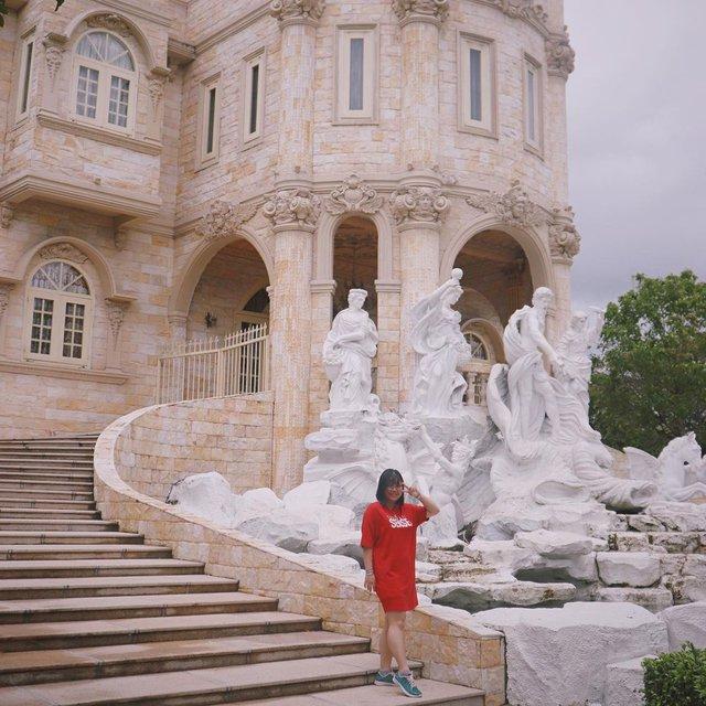 Nhìn qua tưởng khu du lịch nhưng hóa ra là... một trường đại học của Việt Nam: Toàn lâu đài trắng như bên trời Âu, bên trong có hẳn công viên giải trí cực hoàng tráng - Ảnh 12.