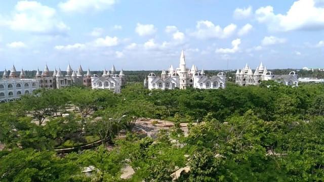 Nhìn qua tưởng khu du lịch nhưng hóa ra là... một trường đại học của Việt Nam: Toàn lâu đài trắng như bên trời Âu, bên trong có hẳn công viên giải trí cực hoàng tráng - Ảnh 2.