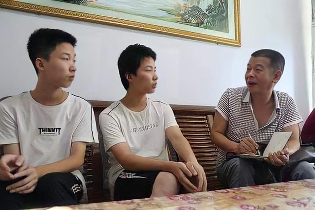 Hai anh em đỗ đại học TOP 1 châu Á, báo chí kéo đến nhà phỏng vấn rầm rộ, bà mẹ nói đúng 1 câu mà ai cũng gật gù tâm đắc - Ảnh 2.
