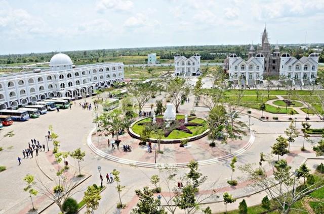 Nhìn qua tưởng khu du lịch nhưng hóa ra là... một trường đại học của Việt Nam: Toàn lâu đài trắng như bên trời Âu, bên trong có hẳn công viên giải trí cực hoàng tráng - Ảnh 3.