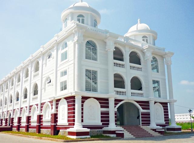 Nhìn qua tưởng khu du lịch nhưng hóa ra là... một trường đại học của Việt Nam: Toàn lâu đài trắng như bên trời Âu, bên trong có hẳn công viên giải trí cực hoàng tráng - Ảnh 6.