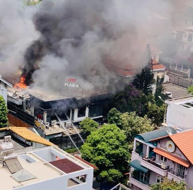 CLIP: Khói, lửa bao trùm nhà hàng BBQ trong khu Thảo Điền  - Ảnh 1.