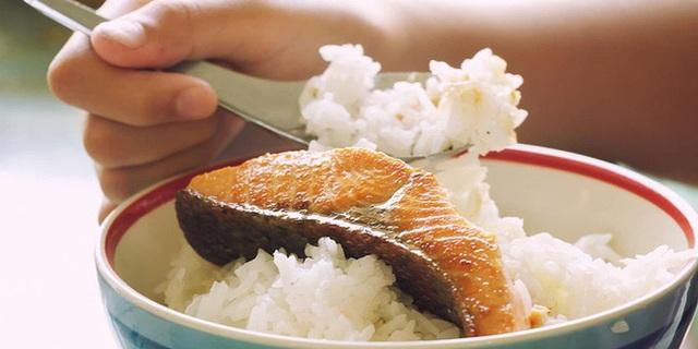 6 thói quen nguy hại khi ăn cơm người Việt cần thay đổi ngay vì khiến cân nặng tăng nhanh chóng lại còn rước đủ thứ bệnh - Ảnh 5.