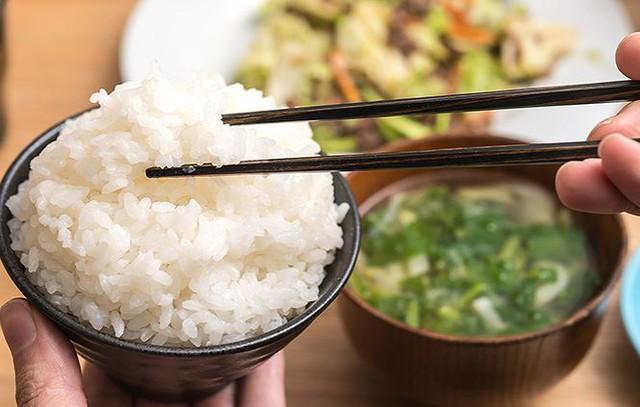 6 thói quen nguy hại khi ăn cơm người Việt cần thay đổi ngay vì khiến cân nặng tăng nhanh chóng lại còn rước đủ thứ bệnh - Ảnh 2.