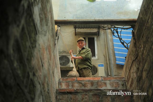 Người đàn ông gần 20 năm canh giữ cửa ô cuối cùng của Hà Nội: Lương chẳng bao nhiêu, áp lực đủ điều nhưng duyên nợ là thứ đứng trên tiền bạc - Ảnh 2.