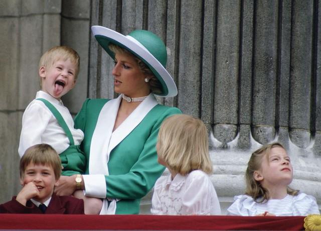 Nhìn lại loạt khoảnh khắc khó quên của Hoàng tử Harry thời còn là đứa cháu cưng của gia tộc và là niềm tự hào của Nữ hoàng Anh - Ảnh 3.