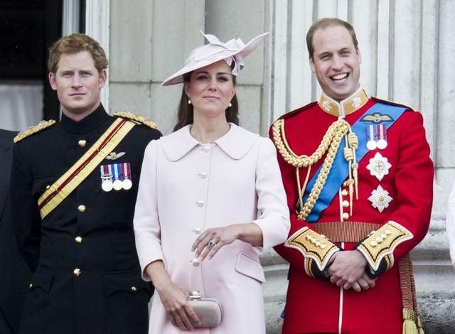 Nhìn lại loạt khoảnh khắc khó quên của Hoàng tử Harry thời còn là đứa cháu cưng của gia tộc và là niềm tự hào của Nữ hoàng Anh - Ảnh 16.