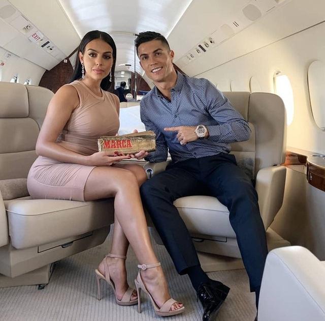 Kiếm tiền khủng nhất làng bóng đá, Ronaldo - Messi sống ngập trong xa hoa - Ảnh 18.