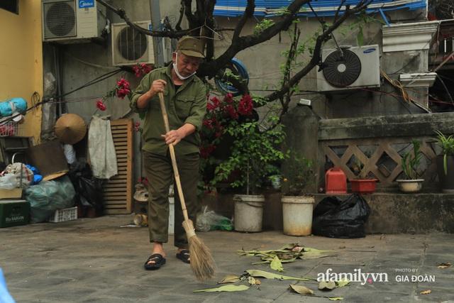 Người đàn ông gần 20 năm canh giữ cửa ô cuối cùng của Hà Nội: Lương chẳng bao nhiêu, áp lực đủ điều nhưng duyên nợ là thứ đứng trên tiền bạc - Ảnh 3.