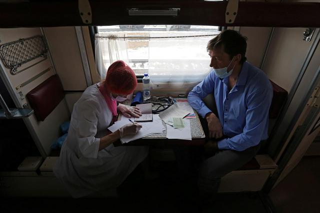 Cận cảnh tiêm phòng vắc-xin Covid-19 trên tàu ở Nga - Ảnh 4.