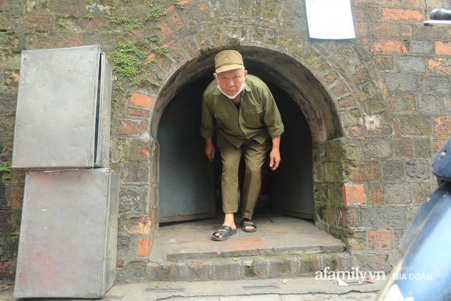 Người đàn ông gần 20 năm canh giữ cửa ô cuối cùng của Hà Nội: Lương chẳng bao nhiêu, áp lực đủ điều nhưng duyên nợ là thứ đứng trên tiền bạc - Ảnh 4.