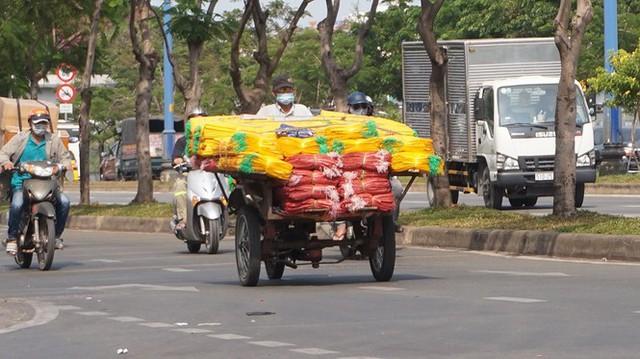 Xe cà tàng chở hàng cồng kềnh phóng ào ào trên đường phố - Ảnh 4.