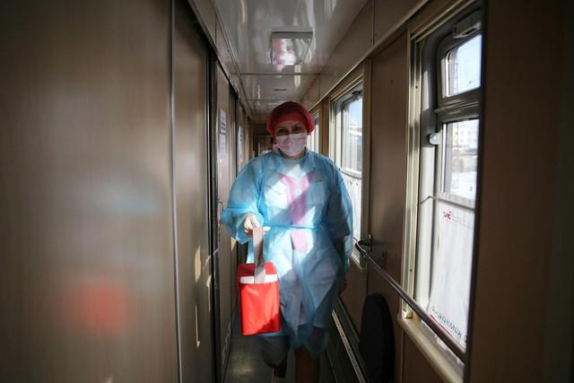 Cận cảnh tiêm phòng vắc-xin Covid-19 trên tàu ở Nga - Ảnh 5.